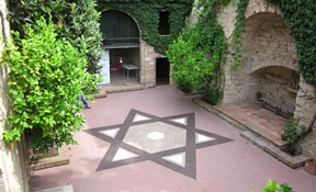 Main courtyard of the Centre Bonastruc Sa Porta, located inside El Call Jueu in Girona